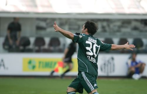 O Gladiador, suspenso da batalha do Parque Antárctica, comemora primeiro gol Alviverde. Danilo Verpa/Folha Imagem