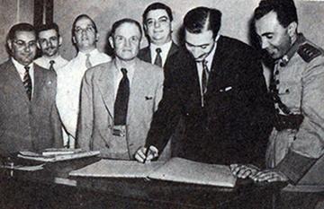 Foto de janeiro de 1944 pertencente ao arquivo do São Paulo mostra o então presidente Décio Pedroso assinando a escritura da compra do terreno do Canindé. Ao seu lado Adulcinio dos Santos, Paulo Machado de Carvalho (de camisa clara), Cicero Pompeu de Toledo (primeiro da esquerda para a direita) e Porfirio da Paz (primeiro da direita para a esquerda)
