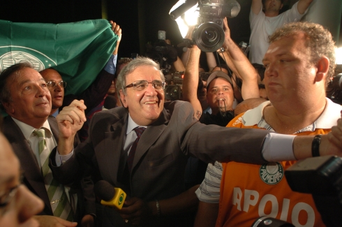Belluzzo se dirige ao portão da Turiassu para agradecer à torcida que ali se expreme desde o inicio da votação