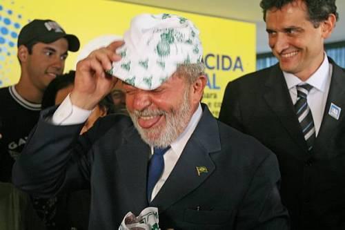 Lula faz careta ao vestir boné da Mancha. Foto: Wilson Pedrosa/AE