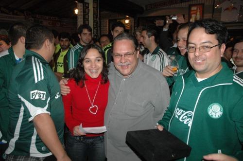 Ezequiel recebe dos Palestrinos presentes uma placa de reconhecimento pelos serviços prestados ao Palmeiras. Abraçado a ele, de vermelho, está sua filha Maria Luiza.