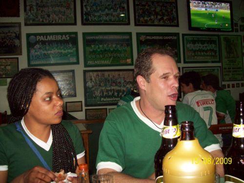 Nesta foto a Carol (171 profissa) ao lado de Ademir (Forza-Palestra) e suas 2 mamadeiras de litro, como a expressão facial do sujeito não deixa negar.