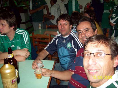 Em primeiro plano, o amigo Carlinhos Botucatu, que trouxe seus amigos; ao fundo, Hiran continua sofrendo com as considerações ponderadíssimas de Ademir, que não está na foto.