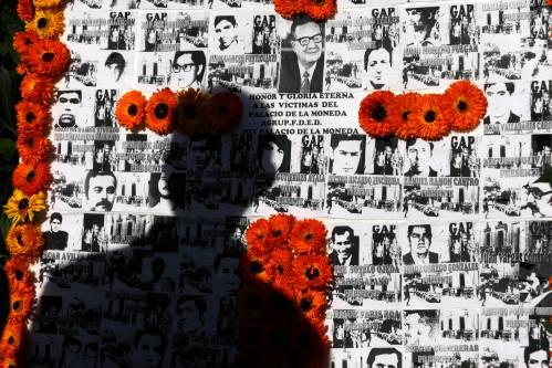 Mural com foto de Allende e centenas de mortos decorou hoje a frente do Palacio Presidencial do Chile (Newscom)