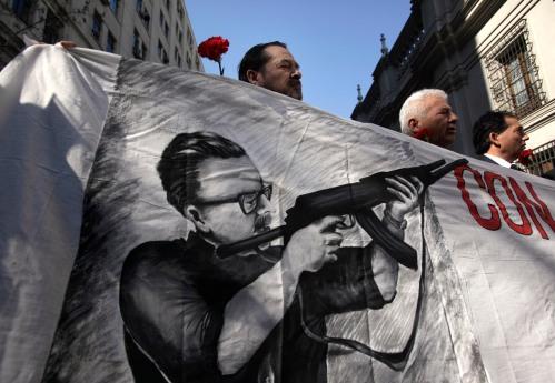 Dia de hoje, aniversário de 36 anos do golpe que depôs Salvador Allende do governo do Chile. Os manifestantes relembram o estadista à porta do Palácio Presidencial de La Moneda, onde o corpo de Allende foi encontrado em 11/9/73. (Foto: Newscom)