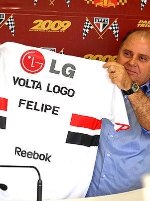 Pai de Felipe Massa recebendo o Nazi-manto dos ratos leonores. (Foto: Terra)